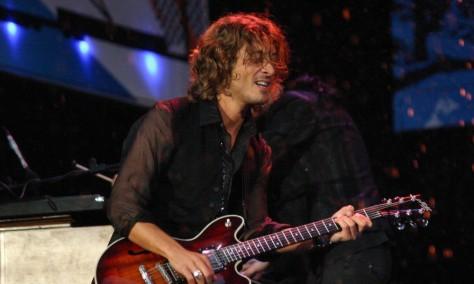 10 chitarristi famosi che non sono capaci di suonare la chitarra Federico Poggipollini
