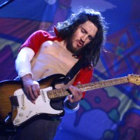 10 chitarristi famosi che non sono capaci di suonare la chitarra