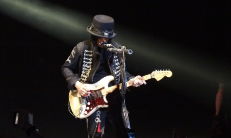10 chitarristi famosi che non sono capaci di suonare la chitarra Mick Mars