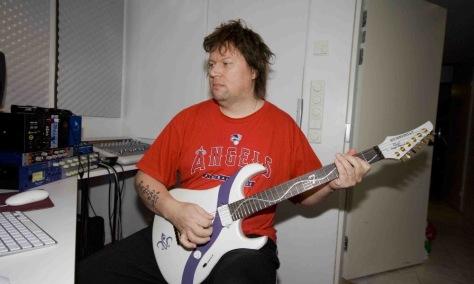 10 chitarristi famosi che non sono capaci di suonare la chitarra - Timo Tolkki