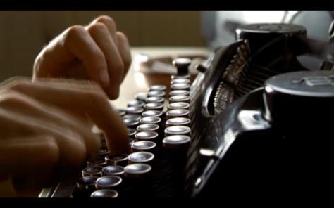 10 domande che fanno rimpiangere a uno scrittore di non essere un semplice lettore - dita su macchina da scrivere